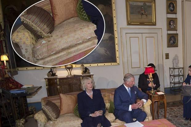 """Prinz Charles empfängt Xi Jinping und seine Gattin Peng Liyuan in """"Clarence House"""" und präsentiert dort eher zufällig seine abgewetzten Sofas."""