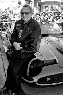 George Barris vor seinem Batmobil