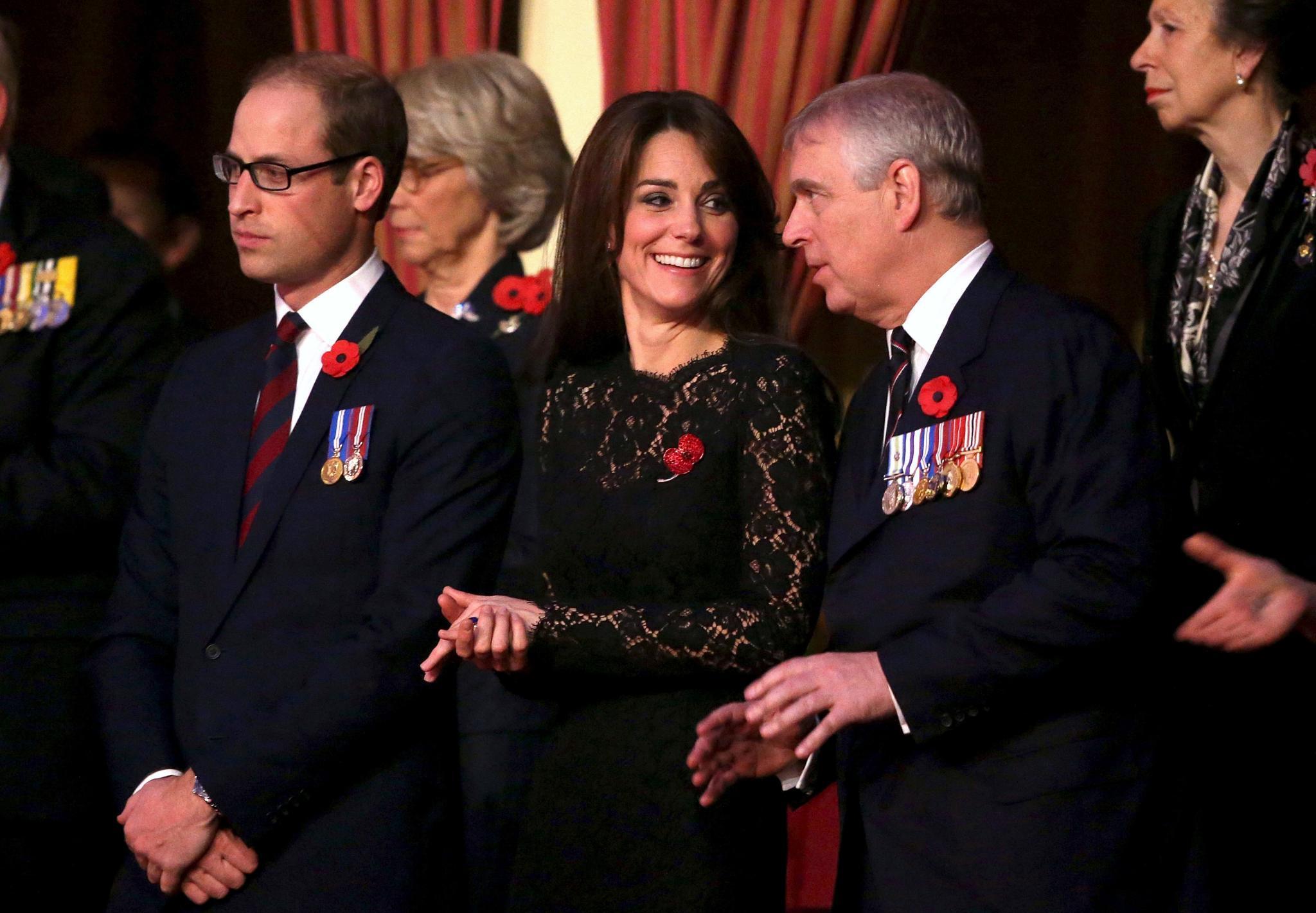 Prinz Andrew ist offenbar ein amüsanter Sitznachbar für Herzogin Catherine.
