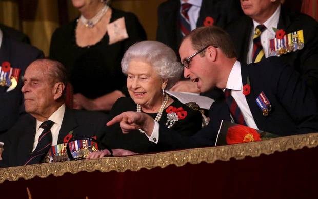 "Prinz Philip, Queen Elizabeth sitzen mit ihrem Enkel William in der ""Royal Box"" der Royal Albert Hall."