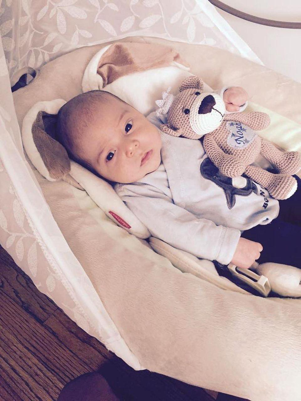 Sandy Möllings Baby kuschelt mit seinem Teddy.