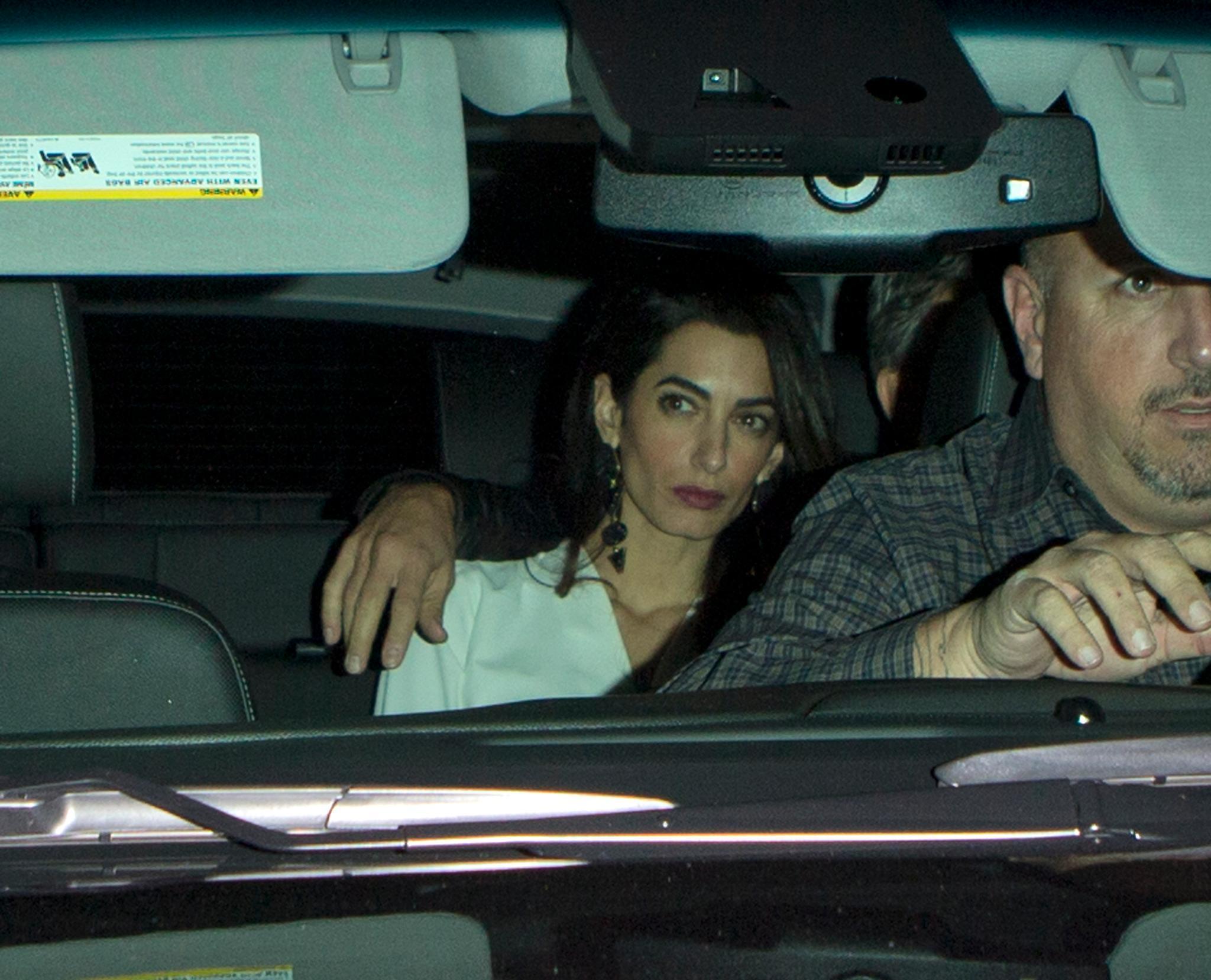 Während George Clooney die Nähe zu seiner Ehefrau und seinen Arm behutsam um Amal legt, wirkt diese auf der Rücksitzbank eher muffelig statt kuschelig.