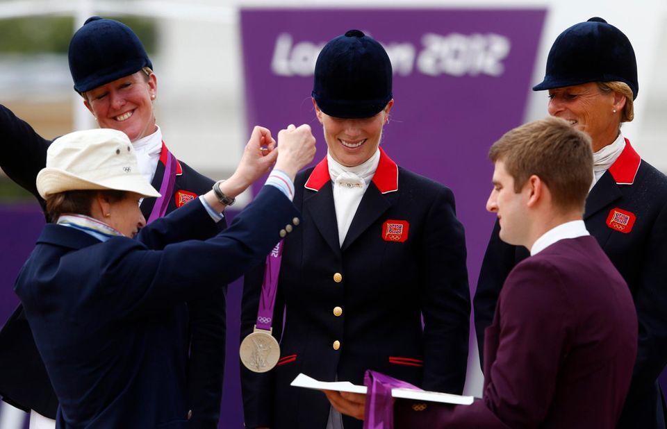 2012 erlebt Zara Phillips einen magischen Mutter-Tochter-Moment: Ihre olympische Medaille bekommt sie von Mutter Anne umgehängt.