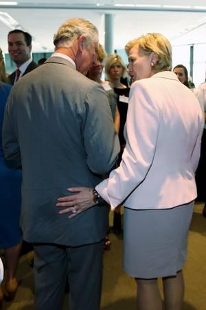 Prinz Charles wird an den Po gefasst