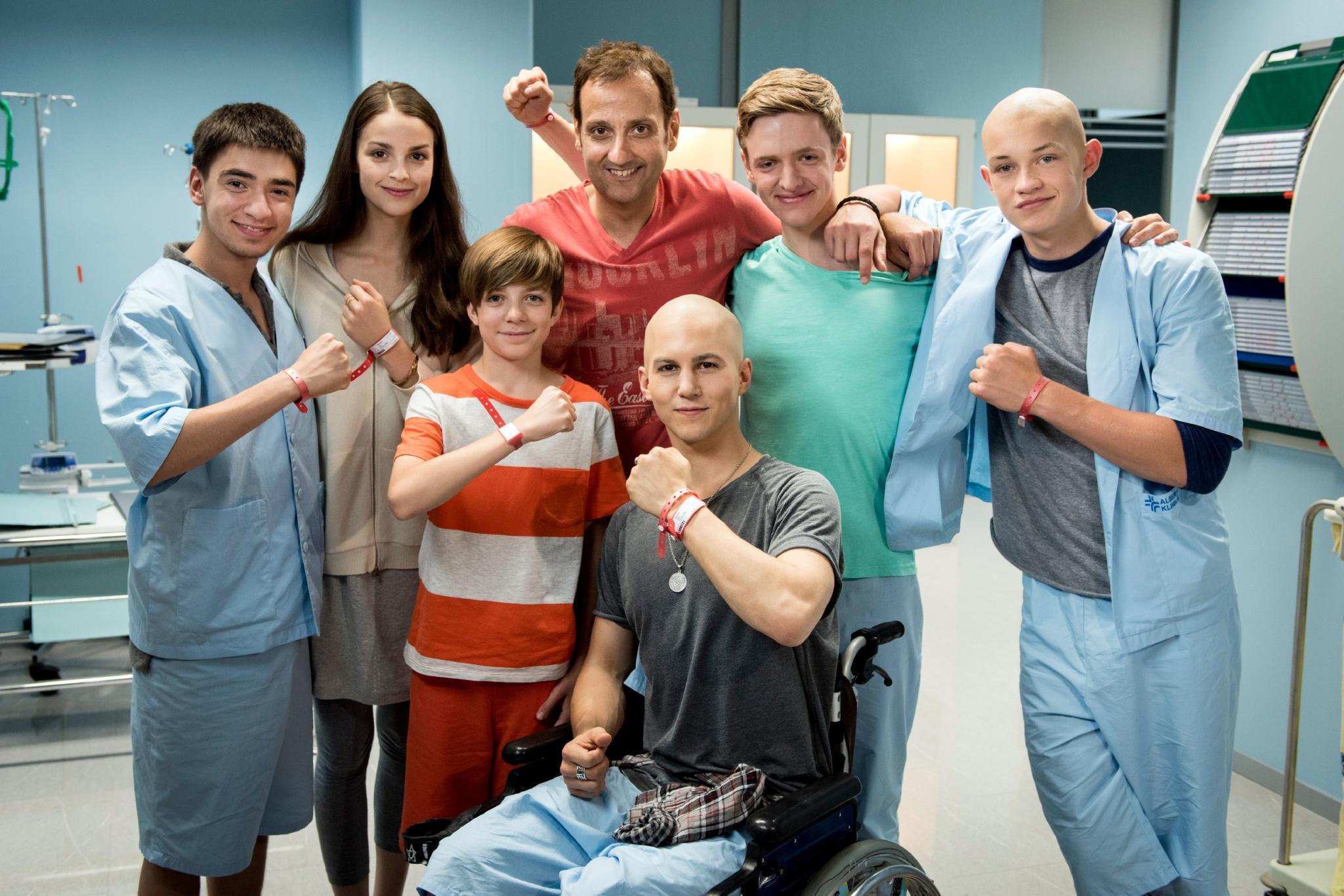 """Albert Espinosa (Mitte) besucht das Set von """"Club der roten Bänder"""""""