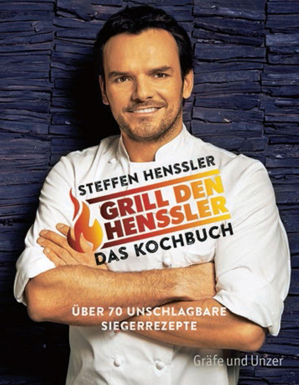 """Star-Koch Steffen Henssler präsentiert seine 70 liebsten Sieger-Rezepte aus der Fernsehshow """"Grill den Henssler"""". Mit dabei sind Köstlichkeiten wie Möhrensuppe mit Flusskrebsen oder Nussmakronen mit Fruchtsalat und Schokosoßen. Alle Gerichte haben eine maximale Zubereitungsdauer von etwa 30 Minuten. (""""Grill den Henssler – das Kochbuch"""", Gräfe und Unzer, 192 S., 19,99 Euro)"""