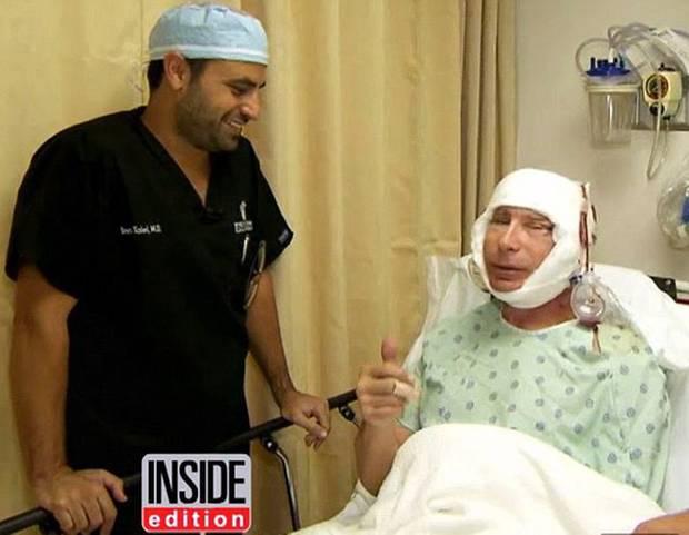 Schmerzhafter Anblick: Dr. Robert Gerner scheint bereits kurz nach der Operation mit dem Ergebnis zufrieden zu sen - Daumen hoch!