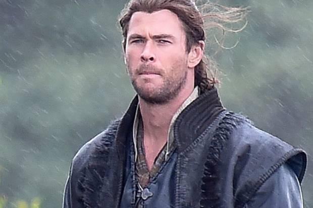 """Am Set von """"The Huntsman"""" zeigt Chris Hemsworth wieder Muskeln. Die hungrigen Tage sind vorbei."""