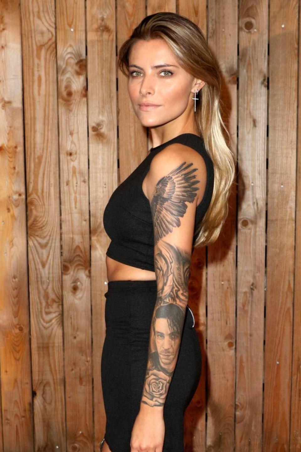 Man ahnt bereits ein Tattoo-Konzept an Sophia Thomallas Arm. Es sieht schon sehr gut aus, aber sicher werden die noch freien Flächen auch bald ausgefüllt werden.