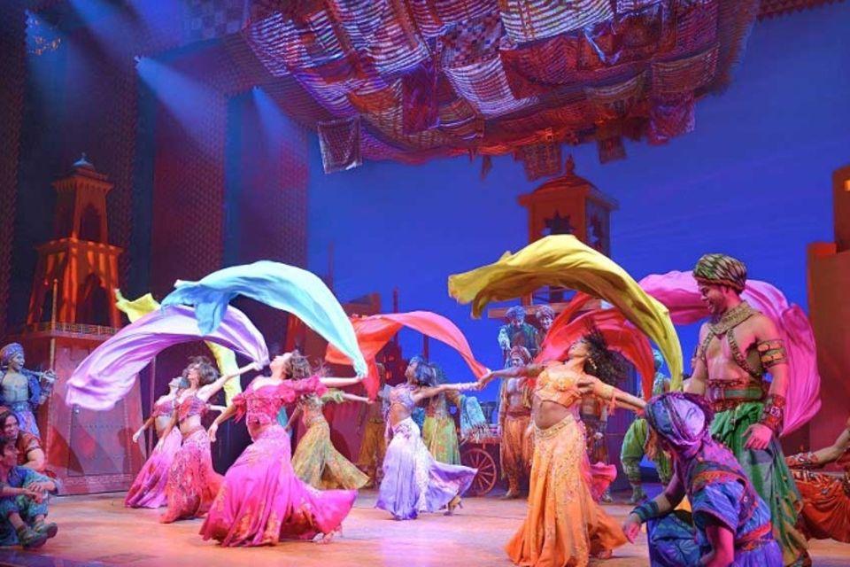 """Szenenbild mit Tänzern aus dem Musical """"Aladdin"""" in Hamburg"""