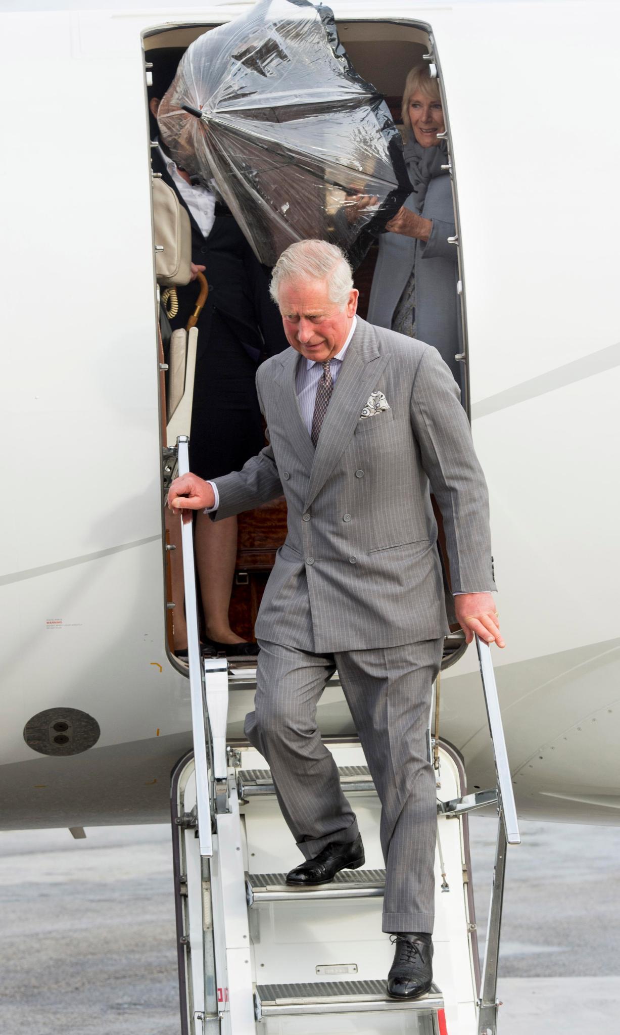 Stürmische Ankunft in Valletta: Prinz Charles und Herzogin Camilla verlassen das Flugzeug.