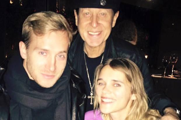 Samuel Koch und Sarah Elena Timpe mit Scorpions-Frontmann Klaus Meine