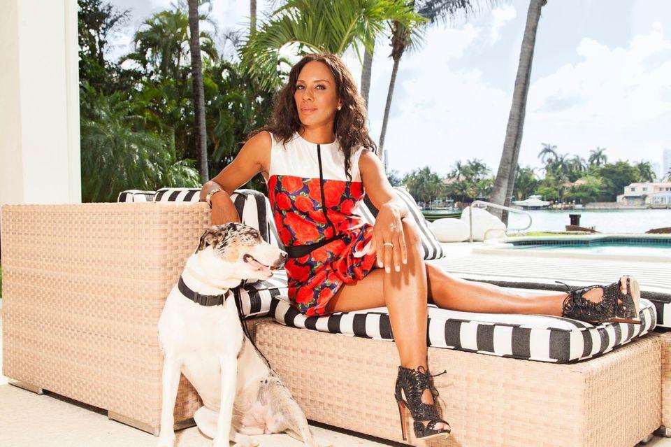 Barbara Becker mit ihrer Hündin Lucy auf ihrer Terasse in Miami. Der Garten wird außerdem von einem Kakadu und einer Landschildkröte bevölkert.
