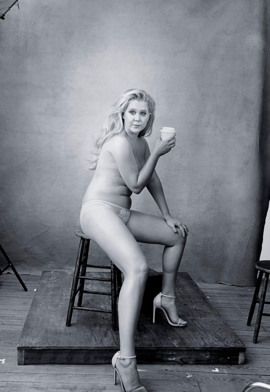 US-Komikerin Amy Schumer, 34, wärmt sich mit einem Coffee to go auf.