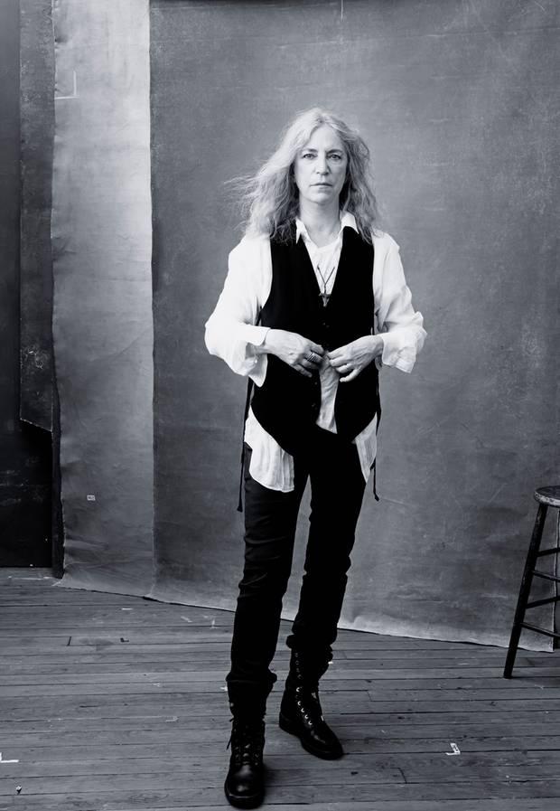 Musikerin Patty Smith, 68, schaut tief in die Kamera.