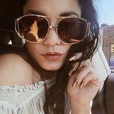 """""""Wenn die Sonnenbrille zu den Nägeln passt"""", kommentiert Schauspielerin Vanessa Hudgens ihre goldene Maniküre auf Instagram."""