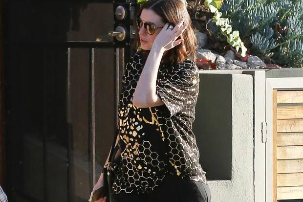Sie ist deutlich runder geworden: Auch unter ihrem lässigen Look kann Anne Hathaway ihren Babybauch nicht mehr verstecken.