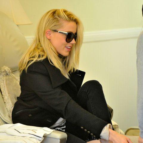 Amber Heard bekommt in West Hollywood eine Pediküre.