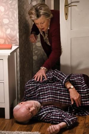 Helga (Marie-Luise Marjan) findet den leblosen Körper Ihres Mannes Erich (Bill Mockridge) im Schlafzimmer