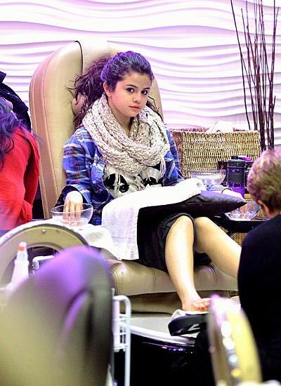Selena Gomez hat sich sowohl für eine Maniküre als auch für eine Pediküre entschieden.