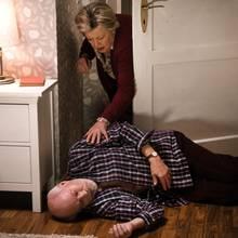 Große Aufregung in der Lindenstraße: Helga (Marie-Luise Marjan) findet den leblosen Körper Ihres Mannes Erich (Bill Mockridge) im Schlafzimmer.