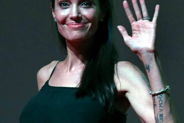 Angelina Jolie scheint körperlich immer mehr abzubauen. Die Wölbung an ihrem Oberarm scheint mittlerweile die einzige Kurve an ihrem Körper zu sein.