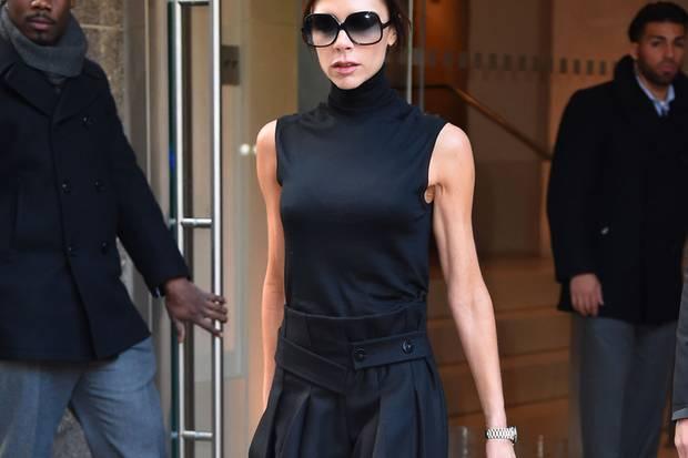Victoria Beckham ist nicht gerade dafür bekannt, ausführlich zu schlemmen. Auf diesem Bild erkennt man deutlich, wie abgemagert die Designerin ist.
