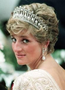 """Als Hochzeitsgeschenk bekam Prinzessin Diana seinerzeit diese """"Cambridge Lover's Knot""""-Tiara von ihrer Schwiegermutter, Queen Elizabeth.  Die Tiara wurde ursprünglich 1914 für Queen Mary angefertigt und ist mit all den Perlen und diamantenen Liebesknoten so schwer, dass Diana Kopfschmerzen vom Tragen bekommt.   Vielleicht doch nicht das Wahre für den Staatsempfang?"""