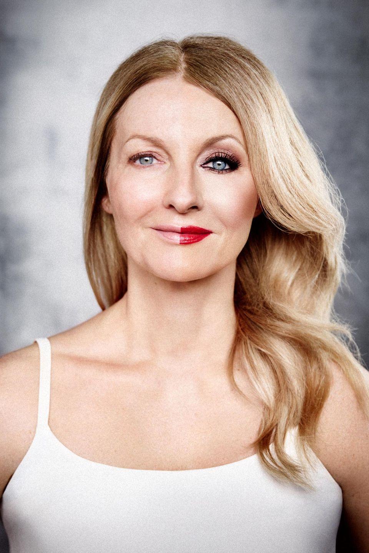 """Das """"rein optische Älterwerden"""" findet Frauke Ludowig – hier mit Halb-und-halb-Make-up – nicht so schlimm. Es sei tröstlich, dass schließlich alle Menschen altern"""