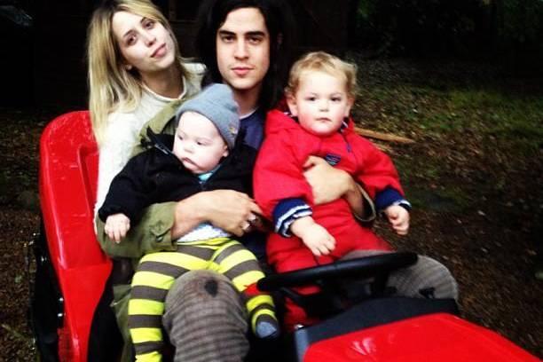 Liebevolle Eltern: Peaches Geldof und ihr Mann Tom Cohen Ende 2013 mit Astala und Phaedra. Ein halbes Jahr später starb sie an einer Überdosis.