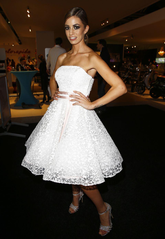 Das schulterfreie Brautkleid im Stil der Fünfziger steht Christie gut