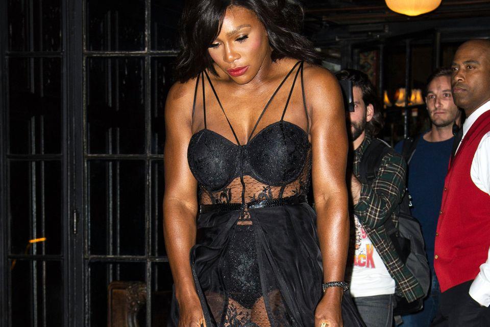 Die Auszeichnung nahm Tennis-As Serena Williams in einem Ensemble im Lingerie-Stil entgegen. Sie zeigte sich und ihren Körper mit Stolz.