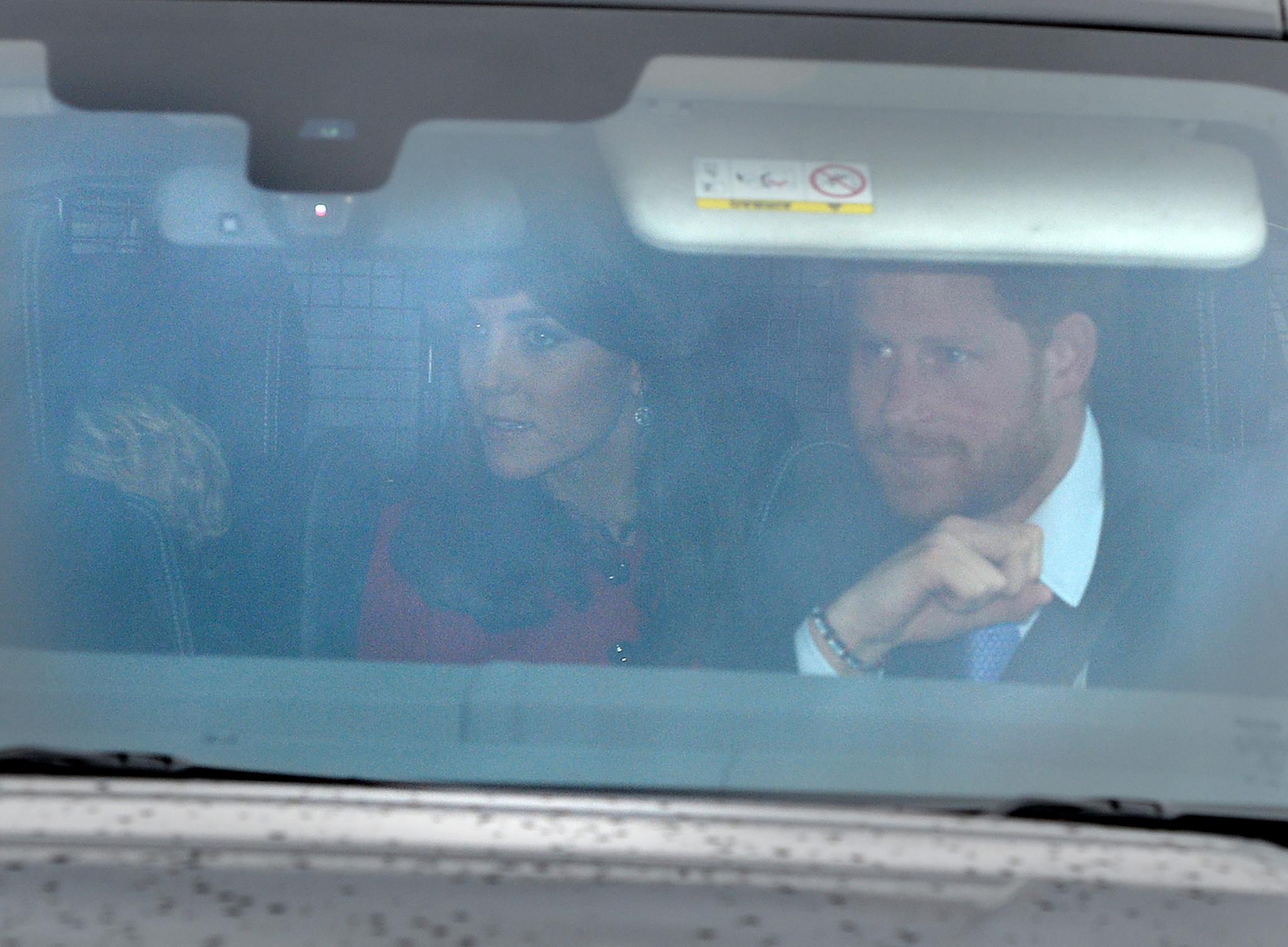 Herzogin Catherine, Prinz Harry und Prinz George kommen gemeinsam zum Weihnachtsmittagessen der Queen.