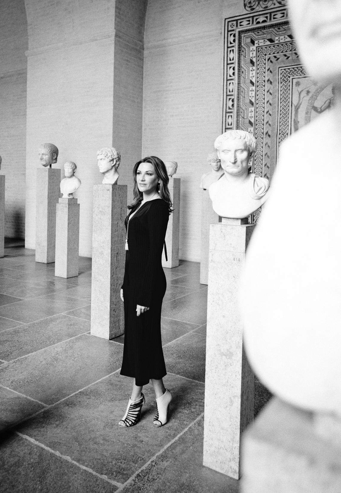 Kluge Köpfe, schöne Frau: GALA fotografierte Kunst-Fan Simone Ballack in der Glyptothek, der berühmten Skulpturensammlung am Münchner Königsplatz