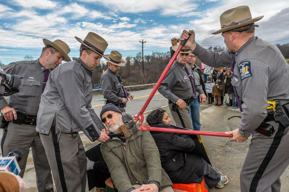 Mit einem Bolzenschneider wurde James Cromwell von den anderen Demonstranten getrennt.