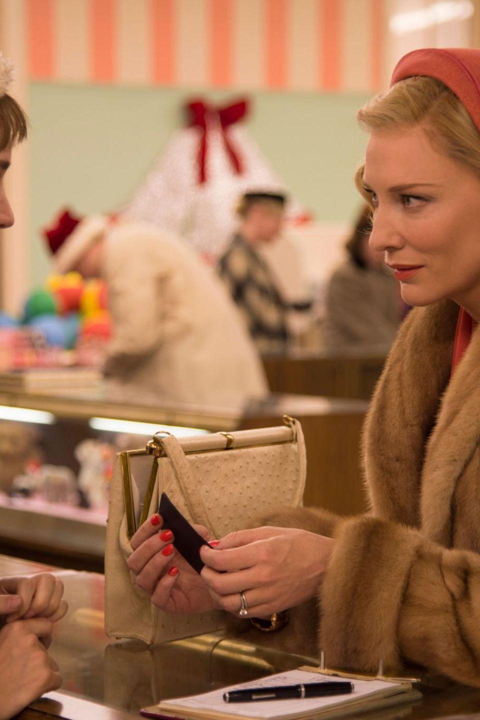 """Rooney Mara und Cate Blanchett sind die beiden preisverdächtigen (und Golden-Globe-nominierten) Hauptdarstellerinnen in dem Film """"Carol"""" - hier das erste Aufeinandertreffen, als die eine der anderen eine Spielzeugeisenbahn abkauft."""