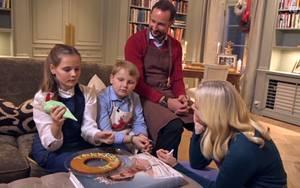 Keine Backunterlage zur Hand? Macht nix. Dafür gibt es reichlich Bücher bei Prinzessin Mette-Marit und ihrer Familie. Und so wird eben ein Band über die Queen mit einem großen Foto von ihr auf dem Titel genommen.