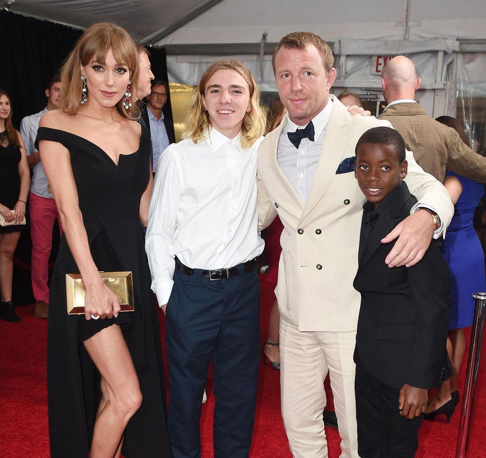 """10. August 2015: Jacqui Ainsley und Guy Ritchie feiern mit seinen Söhnen Rocco Richie und David Banda die New York Premiere seines neuen Films """"The Man from U.N.C.L.E."""""""