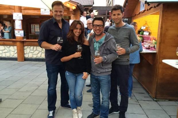 Einen Grund zum Anstoßen haben Vanessa Mai und ihr Freund Andreas Ferber (ganz rechts) in den kommenden Tagen genug. Sie gehen als verlobtes Paar in die Feiertage.