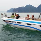 21. Dezember 2015  Ruhe nach dem Sturm: Zum Ende eines turbulenten Jahres, lassen Brad Pitt und Angelina Jolie bei einer Bootstour in Vietnam die Seele baumeln ...