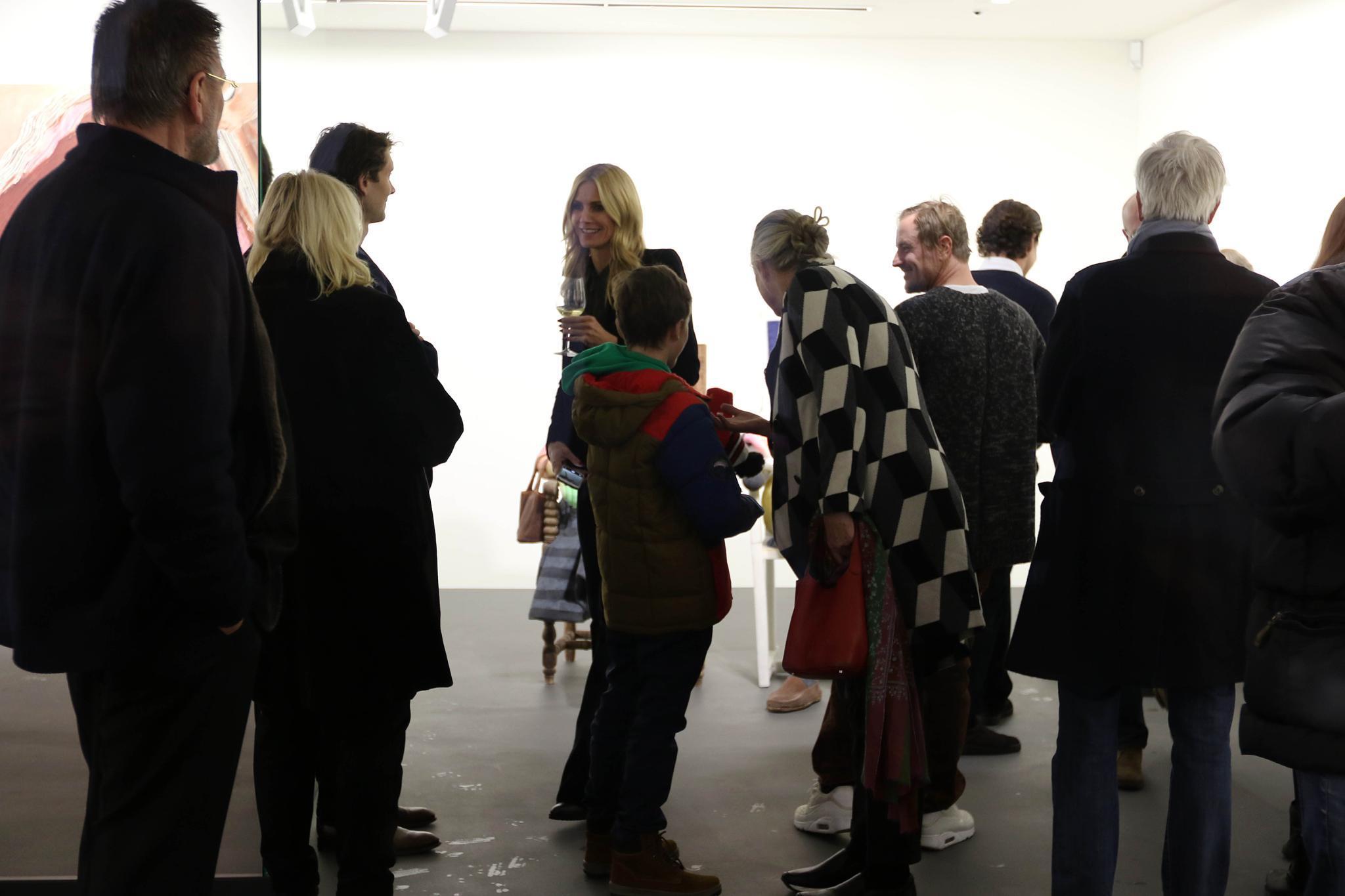 Heidi Klum plauderte mit den Gästen der Vernissage, darunter waren auch ihre Eltern.
