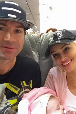 Daniela Katzenberger und Lucas Cordalis mit Sophia im Flugzeug