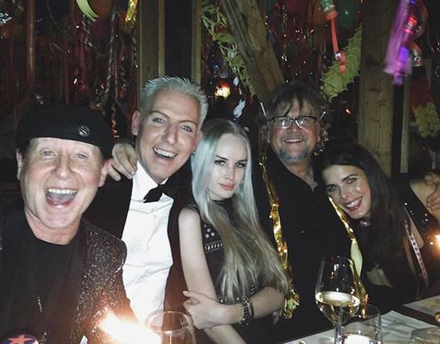 """Amüsierten sich an Silvester in der """"Sansibar"""" auf Sylt: """"Scorpions""""-Sänger Klaus Meine, H.P. Baxxter, seine neue Freundin Liza, Martin Krug und Julia Trainer."""