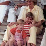Ein Fototermin im Urlaub? Der sechsjährige Prinz William scheint davon nicht begeistert zu sein. Die Familie von Prinz Charles verbringt ihren Urlaub in Palma de Mallorca und zusammen mit der spanischen Königsfamilie.