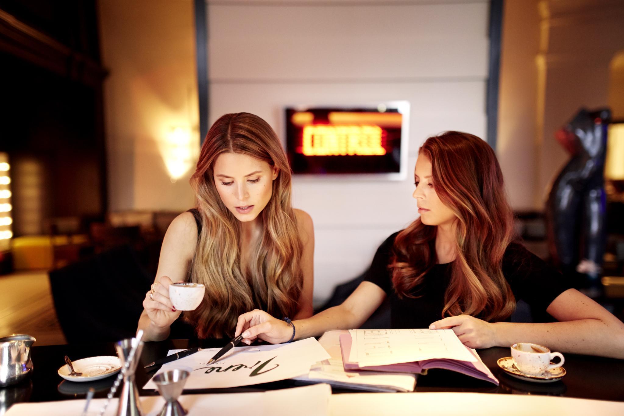 Irene (links) und Lydia Forte beim GALA-Shooting in Berlin. Die Schwestern sind beide im Unternehmen des Vaters tätig und kümmern sich um Brand Management sowie um die Leitung der Restaurants, Bars und Wellnessangebote.