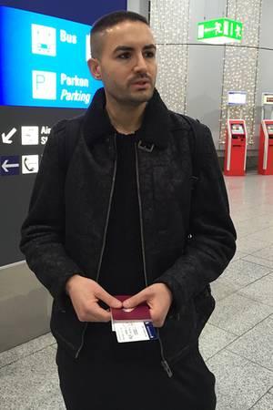Menderes Bagci am Flughafen