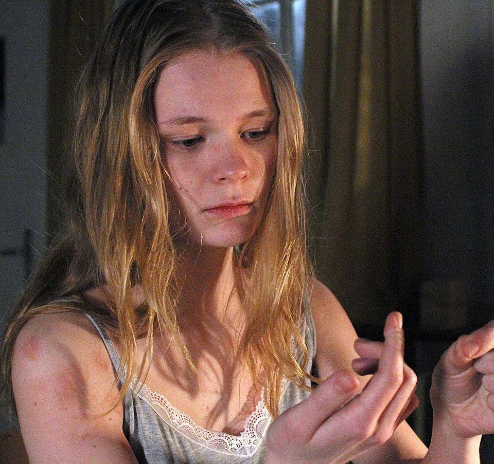 Rebecca (Gro Swantje Kohlhof), für die ein Haar das einzige Zeichen ist, das sie an ihre frühere Gefährtin erinnert.
