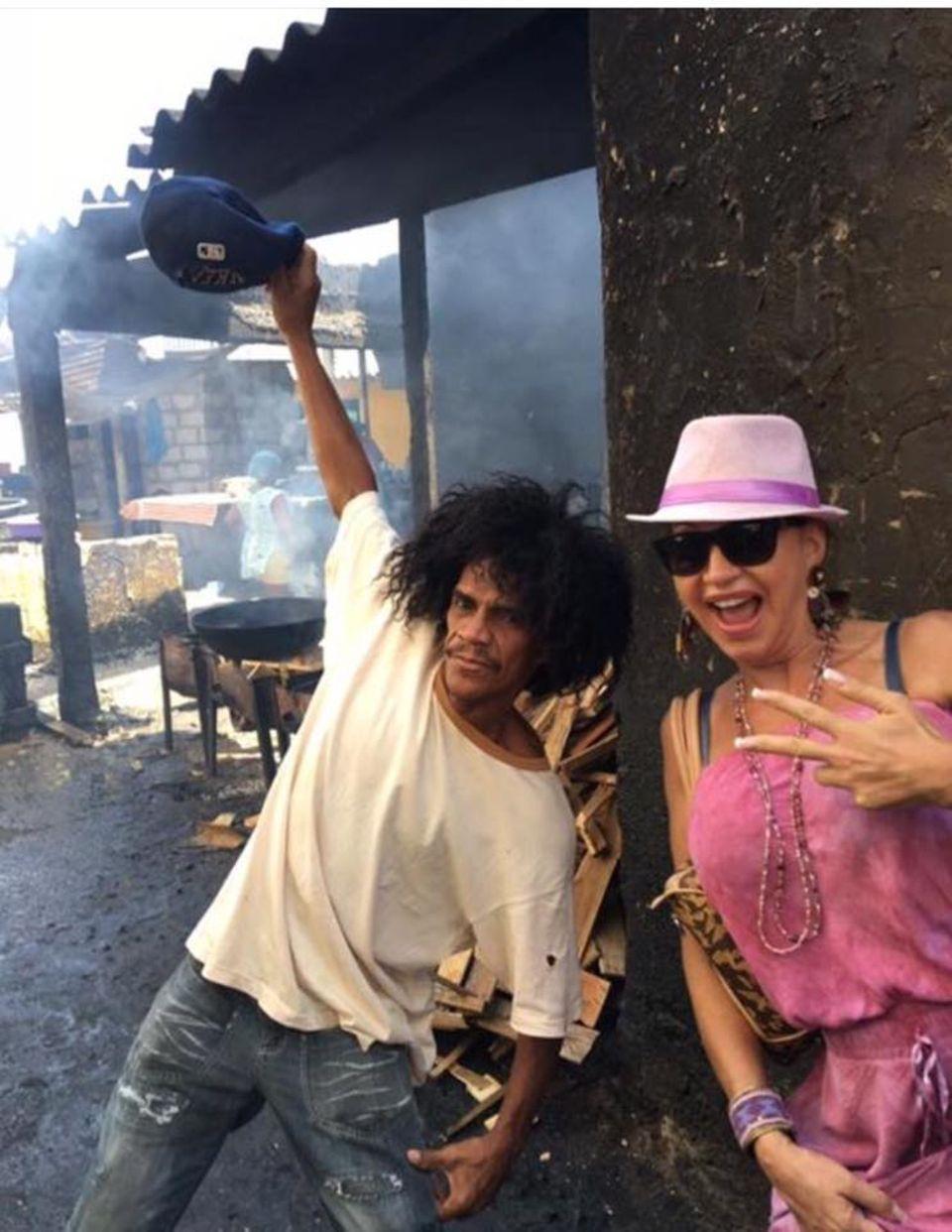 Carmen Geiss mit einem Slum-Bewohner