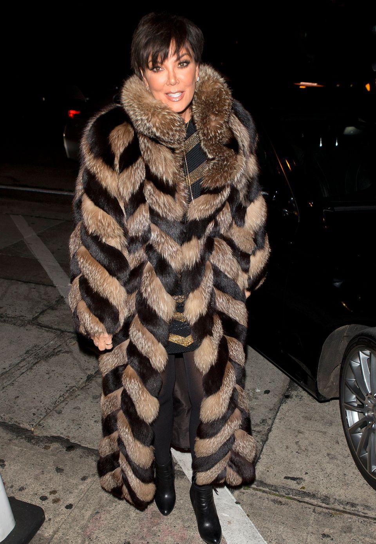 Clan-Oberhaupt Kris Jenner in einem oplulenten Pelzmantel, unterwegs zu einer Party in Los Angeles.