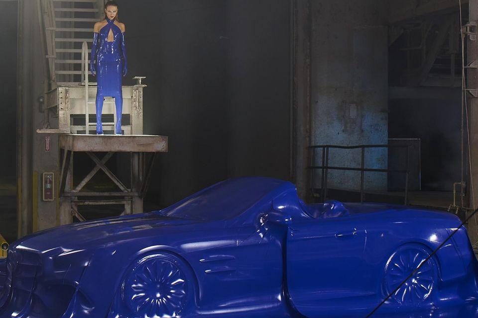 Zwei Ikonen, verpackt in knallblaues Latex: Natasha Poly posiert beim Shooting für die neueste Kampagne der Mercedes-Benz Fashion Week Berlin.